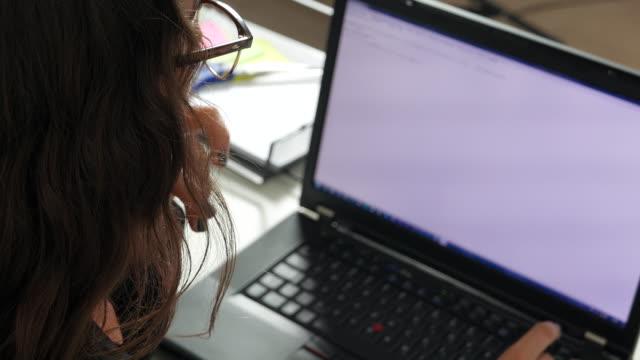 composeing ett e-postmeddelande - e post bildbanksvideor och videomaterial från bakom kulisserna