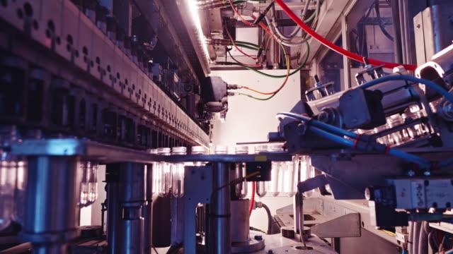 datorstödd maskin i drift vid en fabrik - slit och släng bildbanksvideor och videomaterial från bakom kulisserna