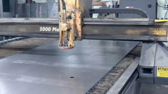 vidéos et rushes de computer controlled cross beam moves plasma cutter torch across sheet metal to create precision cut outs / redlands, california, usa - tôle