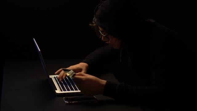 vídeos y material grabado en eventos de stock de concepto de delito informático. - corrupción corporativa