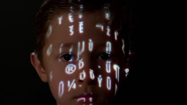 vídeos de stock e filmes b-roll de computer data projection on a boy's face - personagens