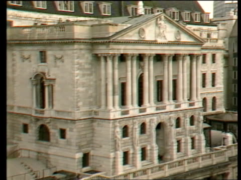 computer fraud computer fraud itn ts ext bank of england building zoom in to statue on wall tms arched windows in bank of england ms union jack... - 中央銀行点の映像素材/bロール