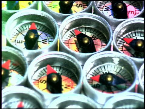 vidéos et rushes de computer generated image close up tilt up dozens of compasses with spinning styluses - boussole