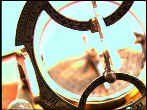 vídeos de stock, filmes e b-roll de computer generated image extreme close up crane shot antique compass - enfoque de objeto sobre a mesa