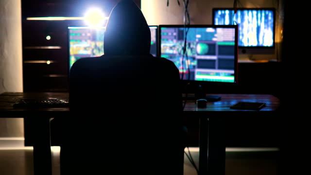 datorhackare. internetbrott på en kod på laptop skärm med mörk digital bakgrund. cyberangrepp i cyberrymden koncept - huva bildbanksvideor och videomaterial från bakom kulisserna