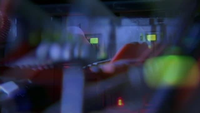 vídeos de stock, filmes e b-roll de computer hackers steal personal details of carphone warehouse customers t12011528 / tx gir int various shots server wiring and flashing lights focus... - soft focus