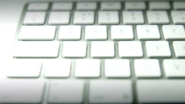 vidéos et rushes de clavier d'ordinateur travelling. haute définition - l'homme et la machine