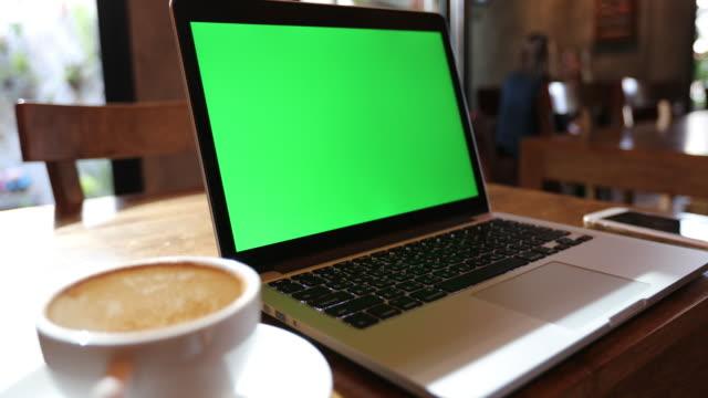 dator bärbar dator på kaffe kafé, grön skärmbakgrund - bekväm bildbanksvideor och videomaterial från bakom kulisserna
