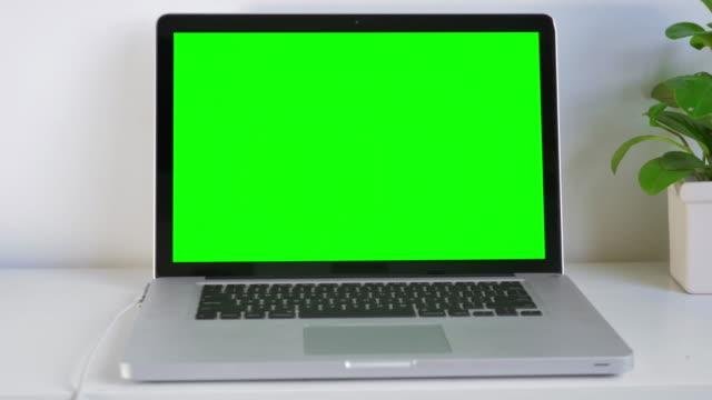 Computer-Laptop auf grünem Bildschirm, Dolly shot