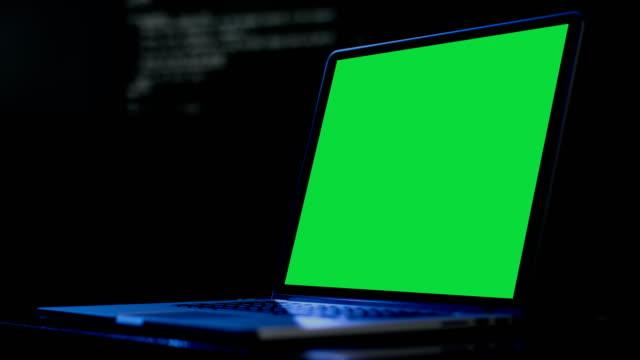 vídeos de stock, filmes e b-roll de exibições de tela verde do computador laptop show para marketing social e negócios - gráfico