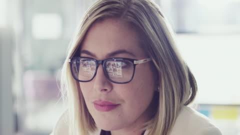 datakunskap är en integrerad del av hennes jobb - skrivbord bildbanksvideor och videomaterial från bakom kulisserna
