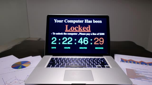 vídeos de stock, filmes e b-roll de computador bloqueado pelo ransomware - vírus de computador