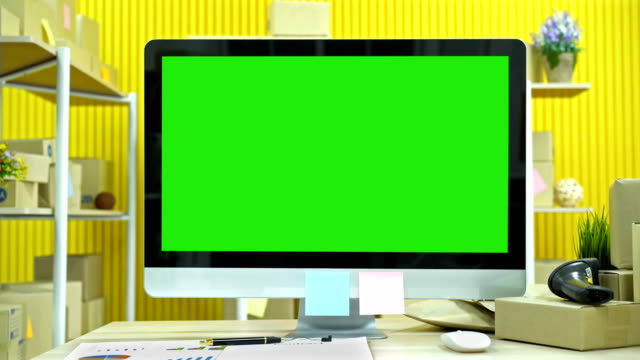 computermonitor mit grünem bildschirmhintergrund - computer monitor stock-videos und b-roll-filmmaterial