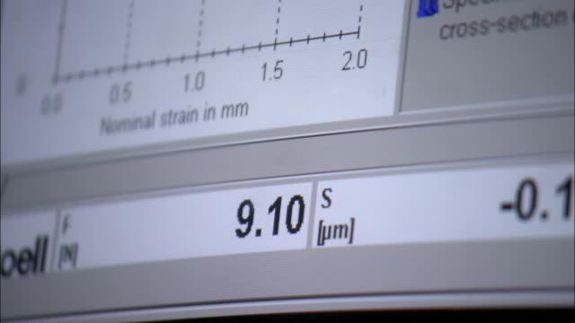 stockvideo's en b-roll-footage met a computer plots a line graph. - graph