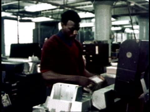 1967 montage computer room clerk / usa - archivista video stock e b–roll