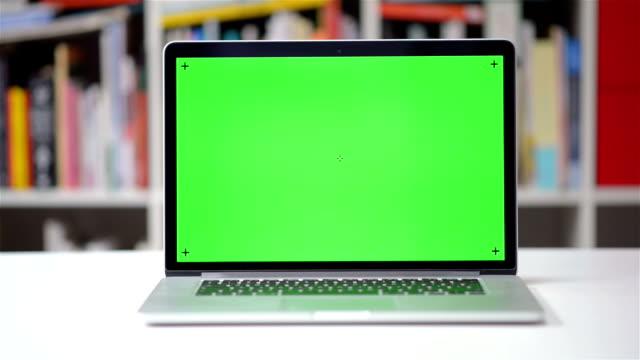 DOLLY SHOT: Computer screen chroma key tracking