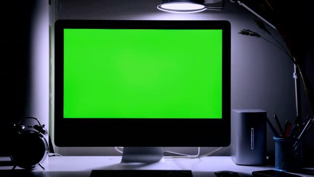 vídeos de stock, filmes e b-roll de tela verde em cima da mesa do computador - escrivaninha