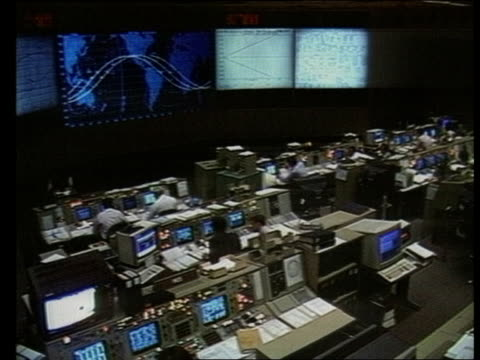 computer security houston nasa mission control seq mission controllers at desks - control点の映像素材/bロール