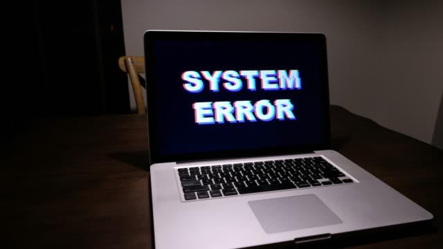 stockvideo's en b-roll-footage met de fout van het systeem van de computer - gevaar