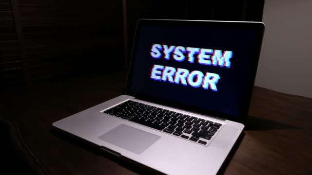 vídeos de stock, filmes e b-roll de erro de sistema do computador - vírus de computador