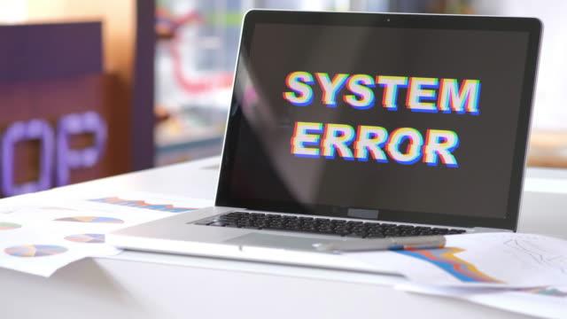 vídeos de stock, filmes e b-roll de erro de sistema do computador - quebrado