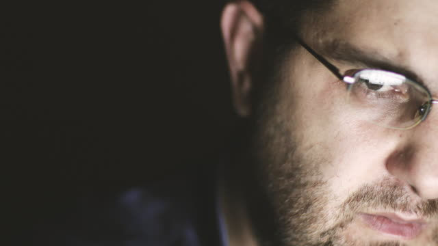 vídeos de stock, filmes e b-roll de freelancer de usuário de computador - óculos de leitura