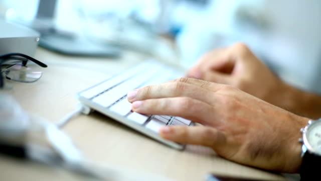 vídeos y material grabado en eventos de stock de trabajo de informático en la oficina. - espacio de trabajo virtual compartido