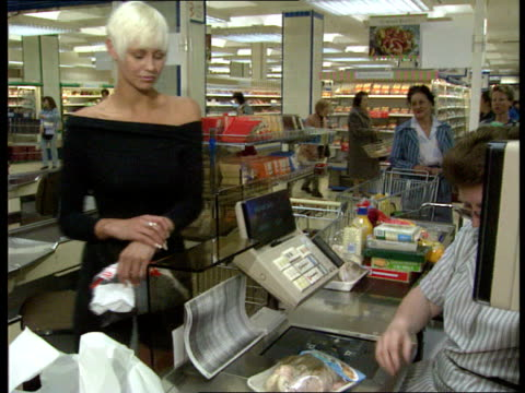 computers, millennium problems; itn lib : location unspecified: customers buying food in supermarket - 2001 個影片檔及 b 捲影像