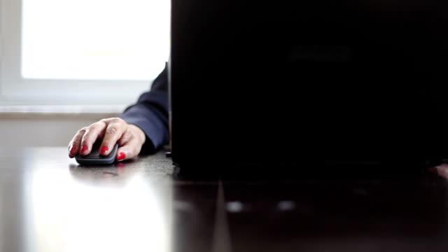 hd: computure & lavoro - solo una donna matura video stock e b–roll