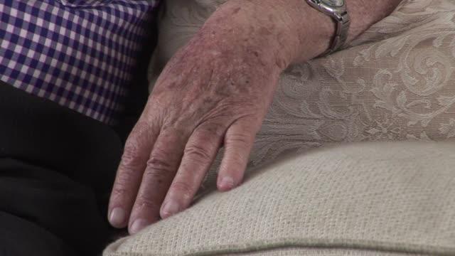 con 83 anos de edad hirz litmanowicz es uno de los sobrevivientes mas jovenes que quedan vivos que estuvieron en el campo de exterminio de auschwitz - international holocaust remembrance day stock videos & royalty-free footage