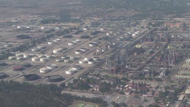 con ayuda de un helicoptero artillado del ejercito el gobierno mexicano recorre ductos y refinerías para localizar tomas clandestinas que hacen los... - gasolina stock videos & royalty-free footage