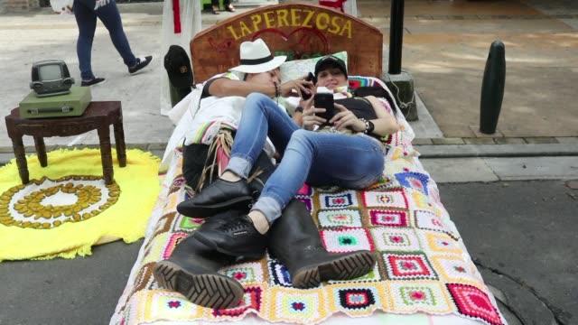 con camas pijamas y bostezos los colombianos se unieron a la celebracion anual del día de la pereza que busca reivindicar el derecho al ocio y el... - día stock videos & royalty-free footage