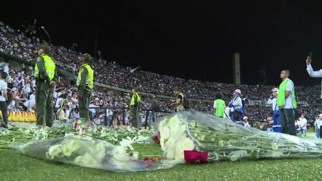 Con canticos y decenas de flores mas de 30000 personas homenajearon este miercoles en Medellin a las victimas del accidente aereo que diezmo al club...