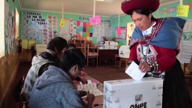 stockvideo's en b-roll-footage met con el 999% de las actas escrutadas los peruanos contaban los ultimos votos el jueves para definir a su presidente entre pedro pablo kuczynski y... - peruaanse etniciteit