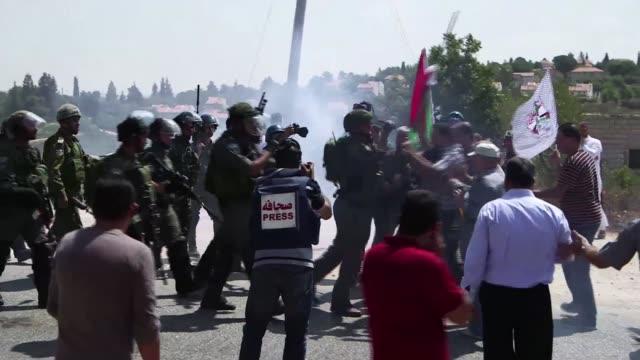 Con el apoyo de activistas internacionales palestinos cisjordanos volvieron a protestar contra la construccion de viviendas israelies luego del...