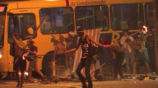 con enfrentamientos entre manifestantes y la policia culminaron sendas protestas contra el aumento de tarifas del transporte en rio de janeiro y sao... - transporte stock videos & royalty-free footage