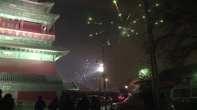 con estruendo de petardos y fuegos artificiales mas de mil millones de asiaticos celebraban este domingo la entrada del ano de la serpiente voiced... - entrada stock videos and b-roll footage