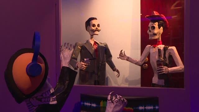 con flores velas papel picado y craneos de azucar los mexicanos se alistan para el dia de muertos aunque algunos creen que la fiesta tradicional se... - festival tradicional stock videos & royalty-free footage