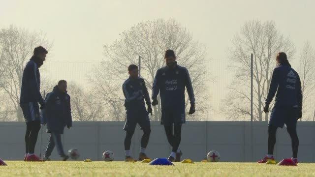 Con guantes y bufandas para enfrentar un frio intenso los jugadores de la seleccion argentina de futbol entrenaron el jueves en Moscu de cara al...