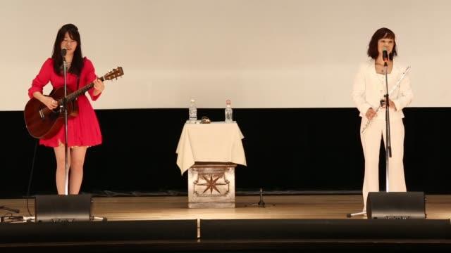 vídeos y material grabado en eventos de stock de con instrumentos acusticos y letras apropiadas para una prision como animo no hay que rendirse o no pasa nada por cometer errores el duo paix2 lleva... - rock moderno