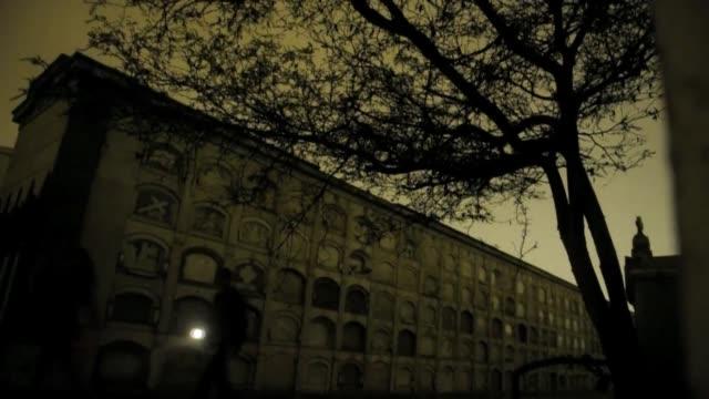 Con la ayuda de linternas y en plena noche cientos de personas recorren el cementerio de Lima Lima Peru