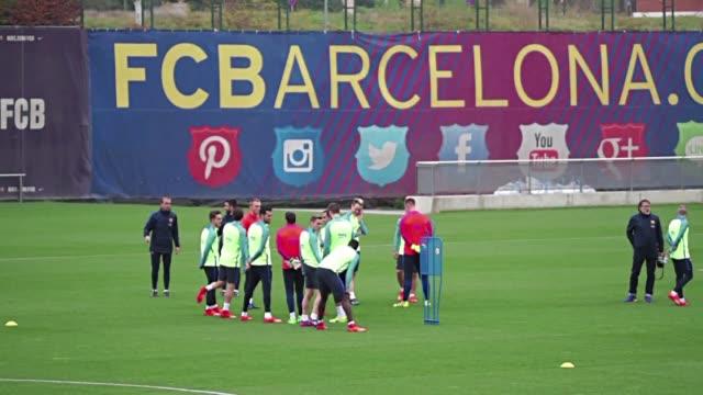 con la punta de la tabla de nuevo en su poder el club catalan se preparaba para medirse al celta de vigo en la liga espanola de futbol mientras... - luto stock videos and b-roll footage