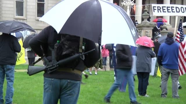 con manifestantes reunidos el jueves en michigan para protestar contra las órdenes de confinamiento por la pandemia los debates en estados unidos... - lansing stock videos & royalty-free footage