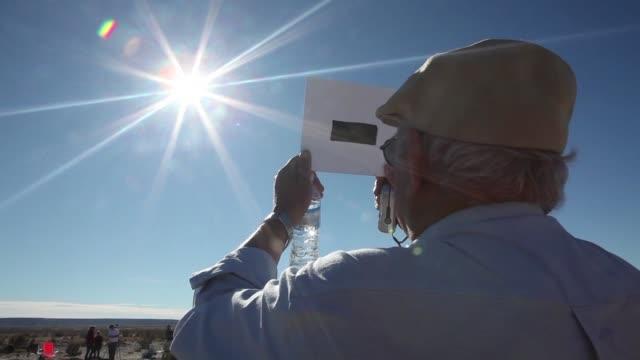 con mascaras de soldadura lentes con filtros especiales o simples accesorios artesanales muchos aficionados esperaron desde muy temprano en el sur de... - astronomia stock videos & royalty-free footage