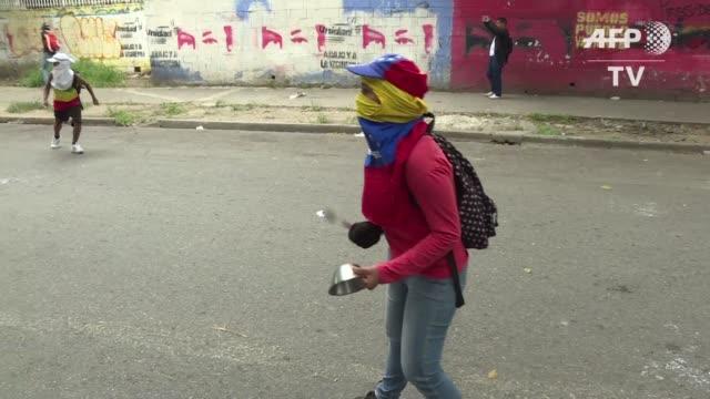 con ollas vacias para recordar la escasez de alimentos en venezuela la oposicion intento marchar el sabado hasta un sector humilde del oeste de... - agua stock-videos und b-roll-filmmaterial
