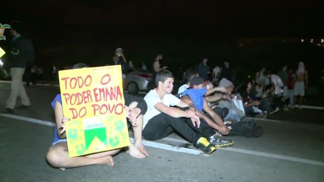 con protestas multitudinarias que se extienden por todo el pais los jovenes brasilenos salieron a las calles a denunciar la corrupcion y mostrar que... - brazilian ethnicity stock videos & royalty-free footage