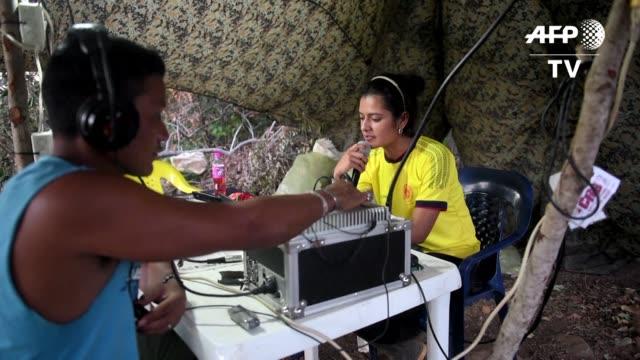 con rifles uniformes militares y botas las combatientes de las farc se han convertido en rostros internacionales de la guerra interna de colombia - guerra civil stock videos and b-roll footage