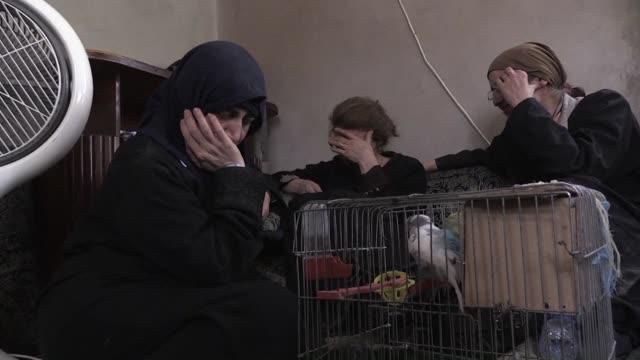 con rosario en mano y una jaula de loros una familia cristiana huye de raqa en siria la ciudad que es bastion del grupo yihadista estado islamico - cristianismo stock videos & royalty-free footage