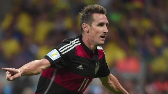 Con su tanto numero 16 ante Brasil en semifinales el aleman Miroslav Klose batio el record de Ronaldo como maximo goleador de todos los tiempos en...