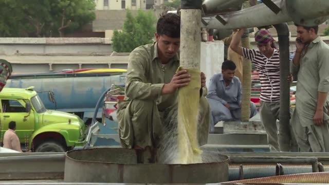 con sus 20 millones de habitantes la ciudad paquistani de karachi sufre por la escasez de agua situacion que aprovechan las mafias que multiplican... - agua stock videos & royalty-free footage